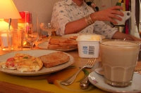 Frühstück de luxe: Café au lait, Rühreier und Toasties... Milchkaffee im Glas