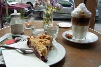 Milchkaffee / Latte Macchiato und ein Stück Kirschkuchen in einem Berliner Café