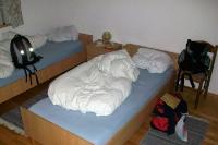Wenn das Hotelzimmer zum Zuhause wird... Zwei Einzelbetten und das nötige Gepäck. Fertig!