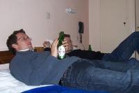 Ein griechisches Bier in einem Hotelbett zu sich nehmen...