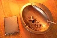Aschenbecher und Zigarette