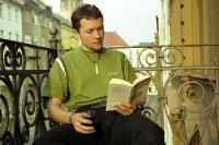 Auf dem Balkon ein Buch lesen