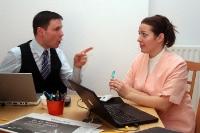Chef und Angestellte im Büro