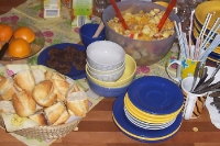 Buffet mit Obstsalat, Baguette und Frikadellen
