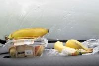 Picknick im Auto: Bananen und Kuchen ...