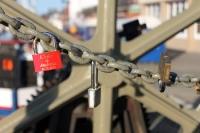 Schlösser als Zeichen der Liebe & Verbundenheit an einer Brücke in Warnemünde