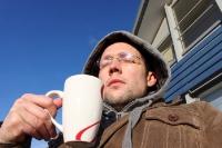 Kaffee und Kuchen draußen in den ersten wärmenden Sonnenstrahlen des Jahres