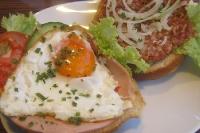 Frühstück: Brötchen mit Met und Brötchen mit Spiegelei