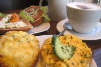 Was gibt es zum Frühstück? Brötchen mit Rühreier und Milchkaffee ...