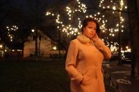 Lady unterwegs zur Weihnachtszeit