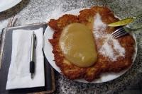 Kartoffelpuffer mit Zucker und Apfelmus