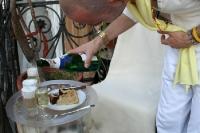Nobel geht die Welt zu Grunde. Sekt, Latte Macchiato und Gebäck zum Kaffestündchen auf dem Balkon
