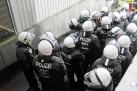 Polizei auf stand by bei einem Fußballspiel