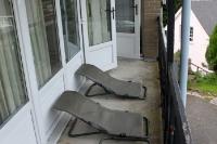 Hier ist Platz für zwei! Liegestühle auf einem Balkon.