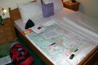 Reiseplanung mit Landkarte auf dem Hotelbett