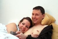 Im Bett gemeinsam fernsehen