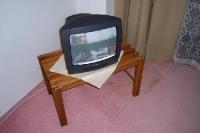 Fernsehgerät in einem schlichten Hotelzimmer