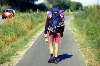 Wandern mit Sandalen an den Füßen und Sekt in der Hand