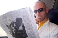 Reisender liest Zeitung