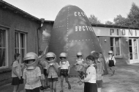 Pioniere spielen in Ostberlin Kosmonauten, 1970