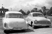 Alte Wartburg-Autos vor dem Brandenburger Tor