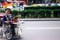 Opa mit Rollstuhl und DDR-Fahne in Berlin, 90er Jahre