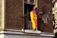 DDR-Fahne an einem Wohnhaus in Berlin-Friedrichshain, Ende der 90er Jahre