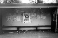 Wahlplakate in einer Bushaltestelle, März 1990