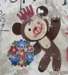 Berliner Bär grüßt mit Blumenstrauß