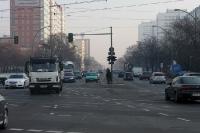 Dunst und starker Autoverkehr auf der Frankfurter Allee in Berlin