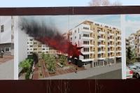 Linker Protest an einer Werbetafel eines Bauvorhabens in Berlin-Friedrichshain