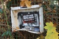 Typisch Berlin... Abgewrackter Briefkasten an einem Zaun... Punkrock aus Berlin ... ;-)
