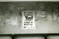 Wahlplakate zur Volkskammerwahl 1990 an einer Bushaltestelle in Waldesruh bei Berlin