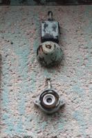 alte Klingel an einer Wand