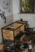 alter Schreibtisch in einer Ruine