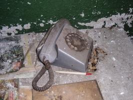 altes Telefon in einer Fabrikruine