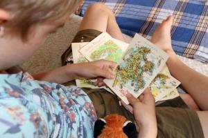 Kind mit DDR-Postkarten