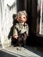 Sandmännchen-Puppe am Fenster