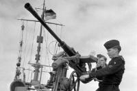 Feuer frei? Zum Glück nicht! Soldaten der Volksmarine der DDR begutachten die Geschütze, Anfang 60er