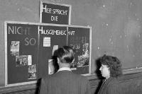 So nicht! Hier spricht die Hausgemeinschaft! Wandtafel in einem Hausflur in Ostberlin, DDR, 50er
