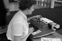 Sekretärin an einer Schreibmaschine in einem Büro in der DDR, Anfang der 60er Jahre