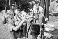 Junge Pioniere mit Trompete und Trommel