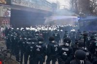 Polizei bricht Rote Flora Demo in Hamburg ab