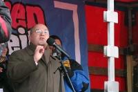 Gregor Gysi spricht auf der Kundgebung gegen das Sparpaket