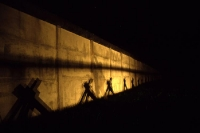 Schatten an der Betonsperrmauer in Hötensleben bei Nacht