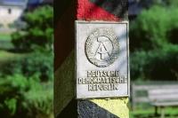 DDR-Emblem an einer DDR-Grenzsäule der deutsch-deutschen Grenze