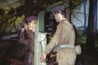 zwei DDR-Grenzsoldaten mit Fernglas an der Sprecheule, Modell in einem Grenzmuseum