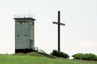 Grenzturm bei Henneberg mit großem Holzkreuz