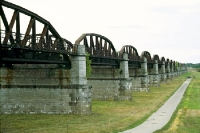 Ruine der Eisenbahnbrücke bei Dömitz an der Elbe,