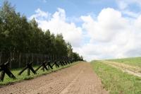 Spurensicherungsstreifen und Panzersperren der deutsch-deutschen Grenze